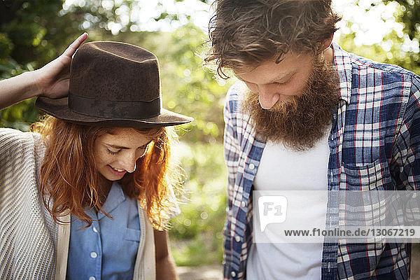Paar  das im Wald stehend nach unten schaut