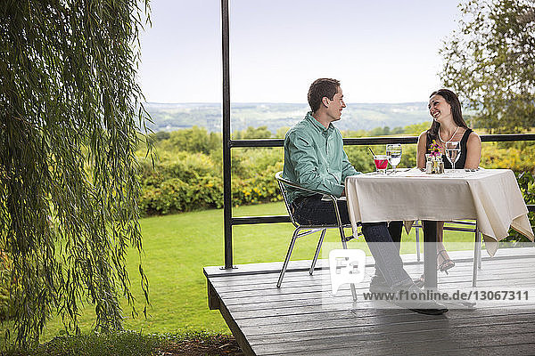 Lächelndes Paar sitzt im Restaurant