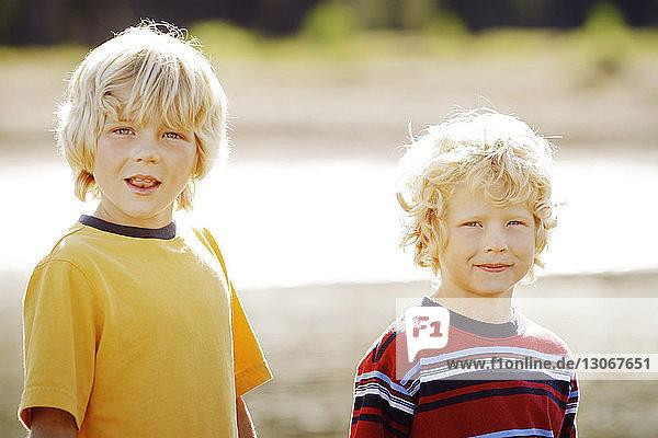 Porträt von Jungen an einem sonnigen Tag