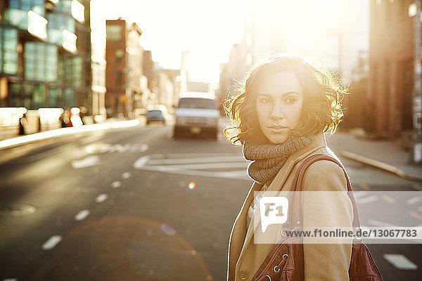 Frau schaut weg  während sie in der Stadt auf der Straße geht