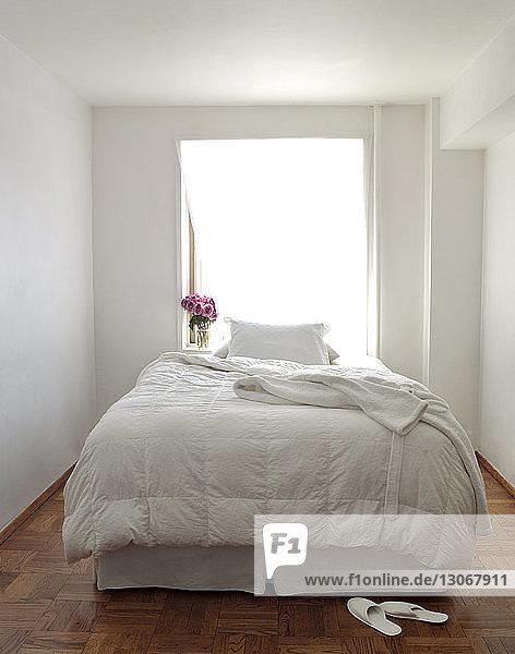 Bett im Schlafzimmer zu Hause