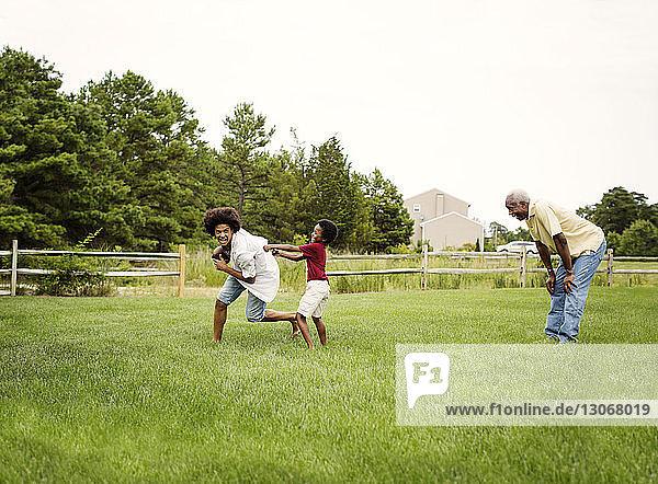 Familie spielt Fussball im Hinterhof