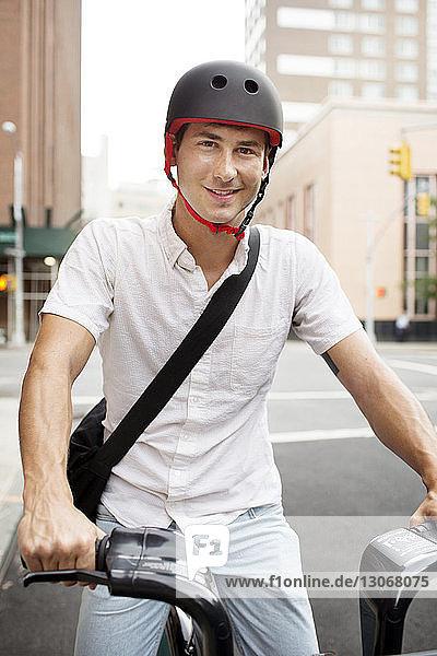 Porträt eines Radfahrers auf der Straße
