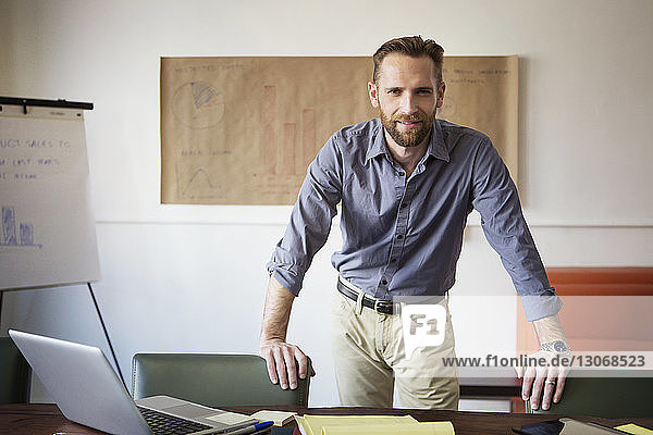 Porträt eines im Amt stehenden Geschäftsmannes