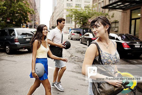 Freunde gehen auf der Straße der Stadt