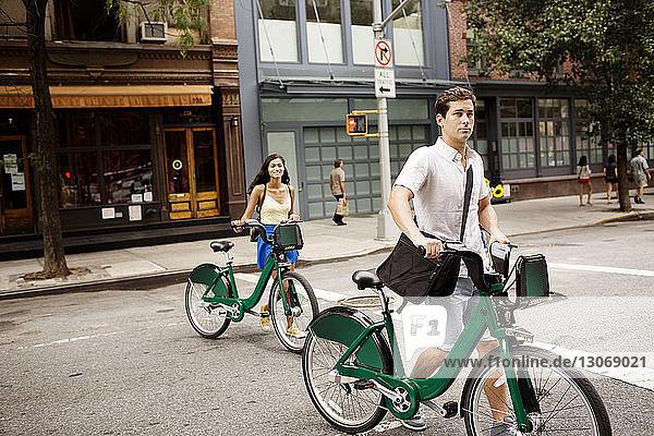 Freunde mit Fahrrad auf der Straße in der Stadt