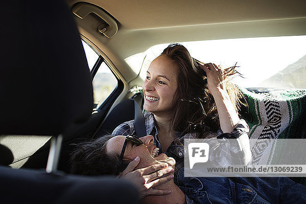 Fröhliches Paar reist im Auto