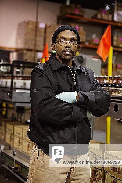 Porträt eines in der Brauerei stehenden Arbeiters