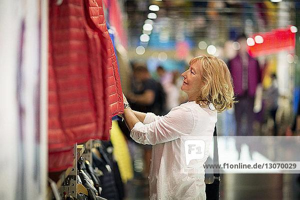 Seitenansicht einer Frau beim Einkaufen im Geschäft