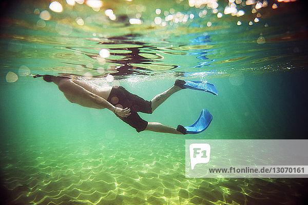 Seitenansicht eines im Wasser schwimmenden Mannes