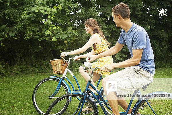 Glückliches Paar beim Fahrradfahren im Park