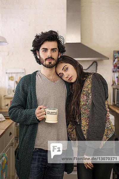 Porträt eines in der Küche stehenden Paares