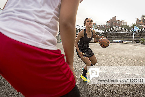 Auf dem Platz spielende Basketballspieler
