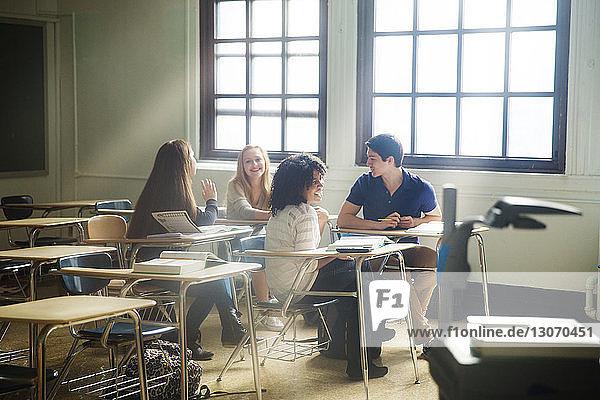 Freunde sitzen im Klassenzimmer