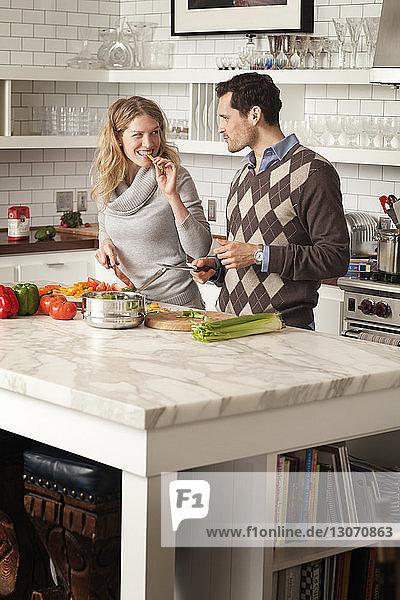 Ehepaar beim Gemüseschneiden in der Küche