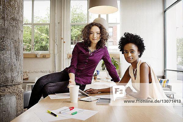 Porträt der im Büro arbeitenden Geschäftsfrauen