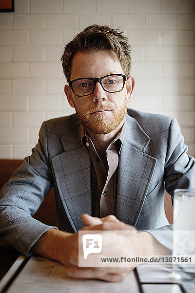 Porträt eines im Restaurant sitzenden Mannes