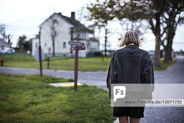 Hintere vi3ew einer Frau  die auf der Straße geht
