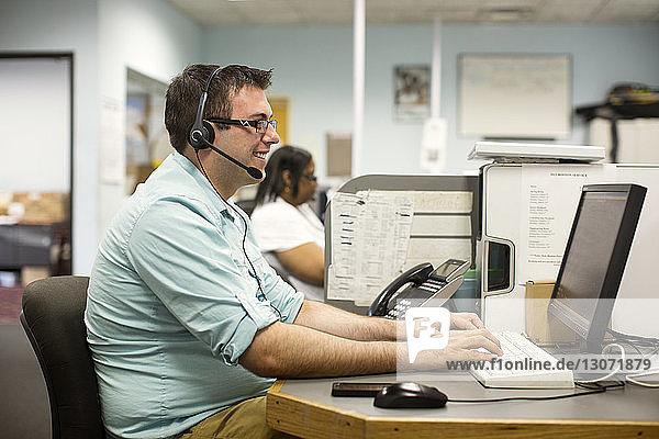 Im Büro arbeitende Geschäftsleute