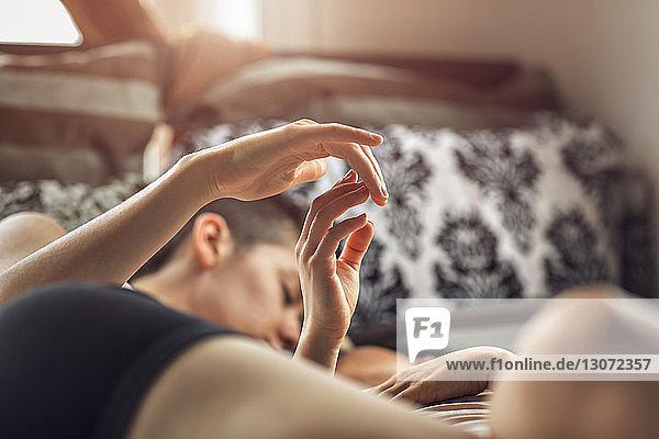 Liebevolles lesbisches Paar  das zu Hause im Bett tanzt