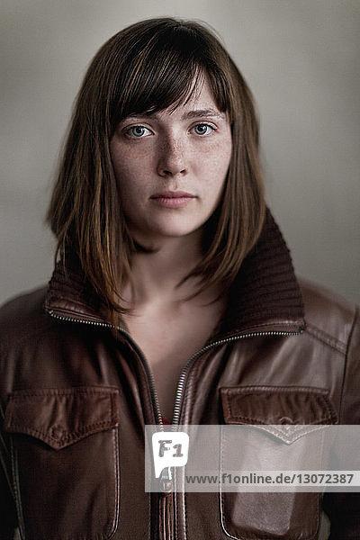 Bildnis einer Frau in Lederjacke