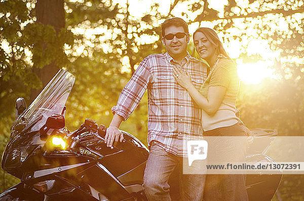 Motorrad fahrender Mann auf der Straße