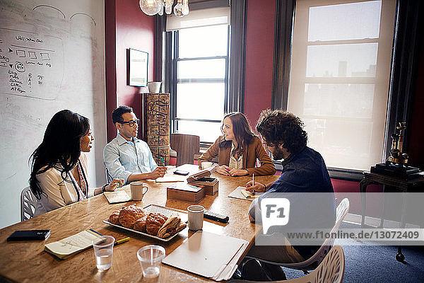 Geschäftsleute diskutieren während einer Besprechung im Amt