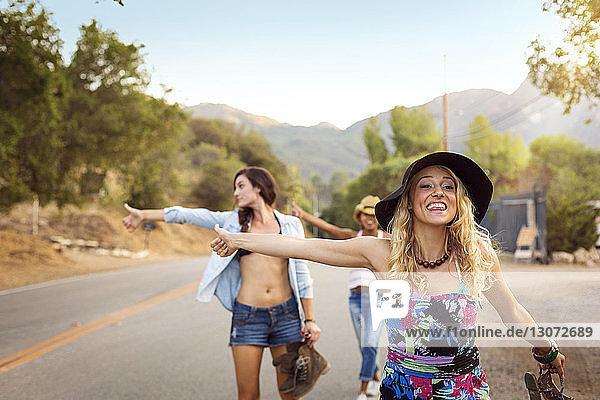 Frauen  die im Stehen an der Straße hageln