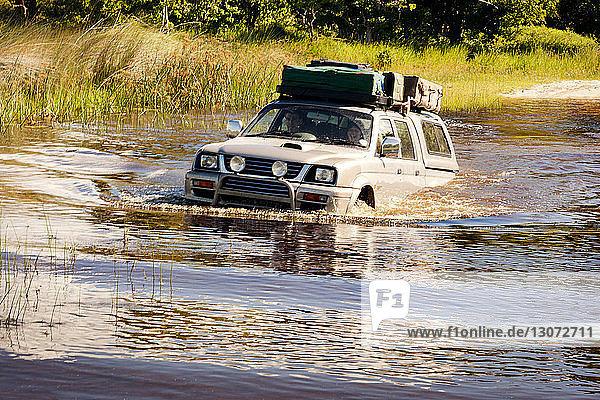 Ehepaar genießt Geländewagenfahrt im Teich