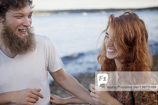 Glückliches Paar am Strand stehend
