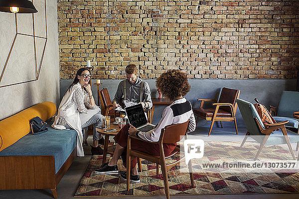 Geschäftsleute diskutieren in der Hotellobby