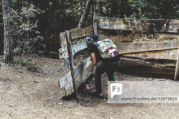 Rückansicht der Ausbildung von Armeesoldaten im Wald