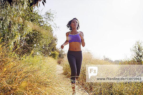 Frau rennt auf Grasfeld