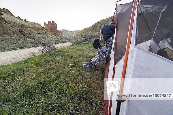 Wanderin schaut weg  während sie im Zelt sitzt