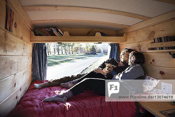 Küssende Paare beim Entspannen im Wohnmobil