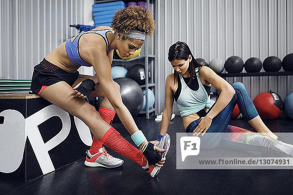 Sportlerinnen  die im Fitnessclub trainieren