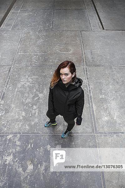 Hochwinkelporträt einer Frau  die auf der Straße der Stadt steht