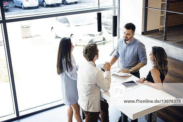 Blick von oben auf Geschäftsleute  die im Amt diskutieren