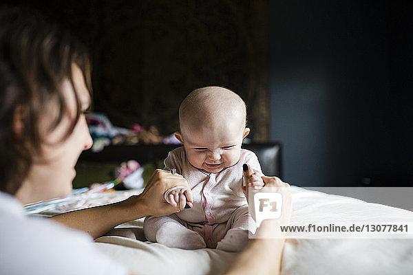 Mutter spielt mit niedlicher Tochter zu Hause