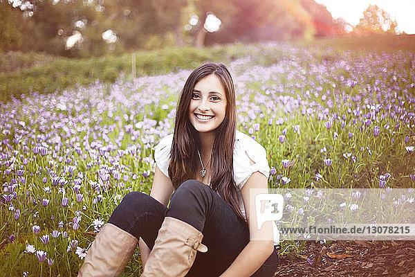 Porträt einer auf dem Feld sitzenden Frau