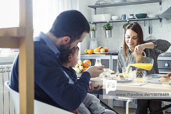 Familie frühstückt am Tisch in der Küche