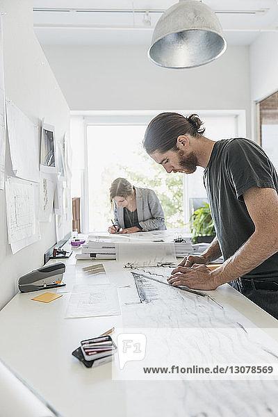 Künstler  die im Büro Skizzen anfertigen