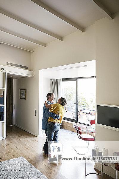Seitenansicht eines glücklichen älteren Paares  das zu Hause tanzt