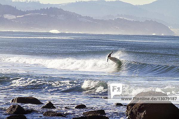 Mann beim Surfen im Meer