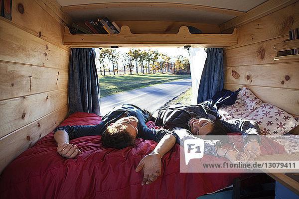 Paar entspannt im Bett im Wohnmobil