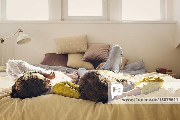Schwestern entspannen zu Hause im Bett
