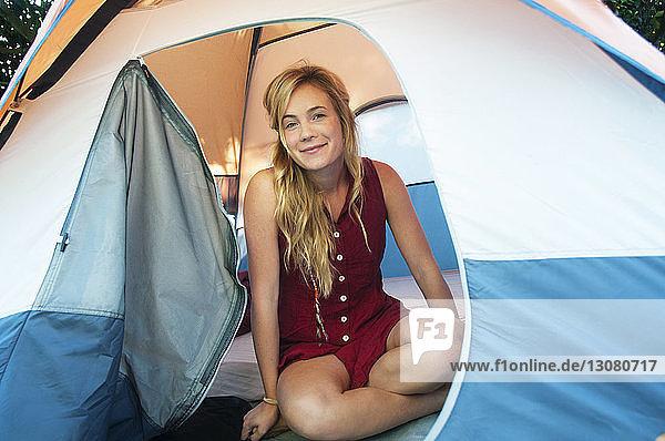 Porträt einer lächelnden Frau im Zelt sitzend