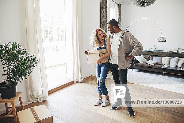 Glückliches Paar  das sich im Stehen zu Hause anschaut