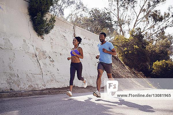 Entschlossene Freunde joggen auf der Straße