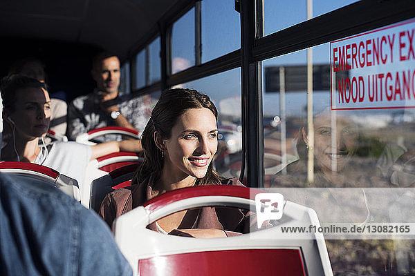 Touristen  die im Reisebus durch das Fenster schauen